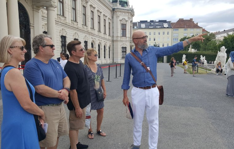 Guide points to the palace's features.