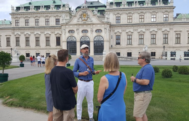 Guide speaking in front of the Palace.