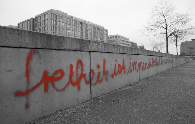 red grafiti on the Berlin wall