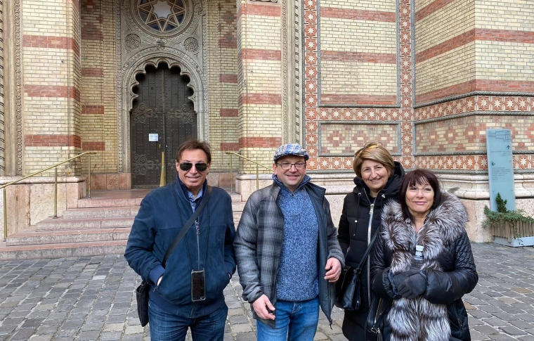 tourist group with a guide in front of a synagigue in Budapest